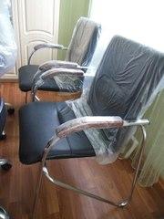 Новое кожаное кресло с ручками из дерева